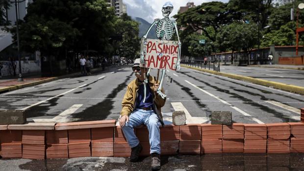 Un hombre protesta en Caracas en julio de 2017 contra la Asamblea Constituyente