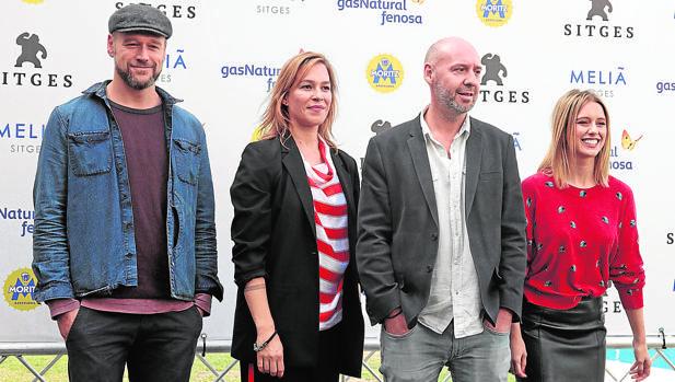Jaume Balagueró posa junto a Elliot Cowan, Franka Potente y Manuela Vellés