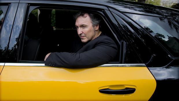 Carlos Zanón, a bordo de un taxi durante la promoción de su novela