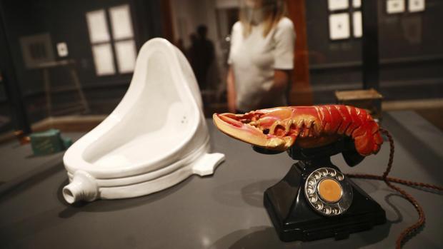 Una obra de Duchamp dialoga con otra de Dalí en la muestra de la Royal Academy de Londres