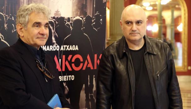 El escritor Bernardo Atxaga (i) y el director artístico del Teatro Arriaga, Calixto Bieito