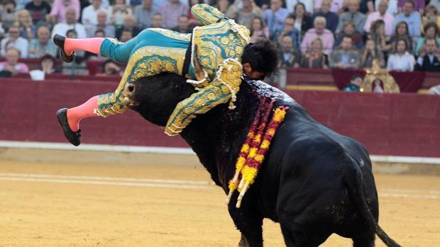 Cayetano, entre los pitones del toro, en una imagen escalofriante