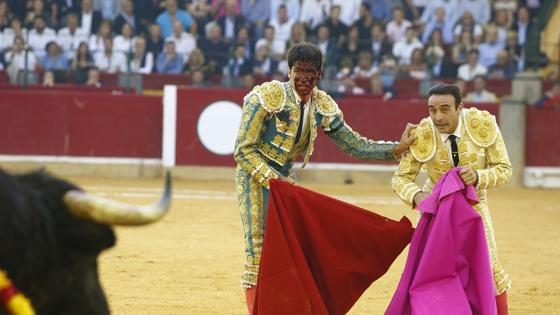 Cayetano, con la cara ensangrentada tras ser cogido por el segundo toro