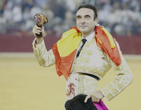 IEnrique Ponce pasea la oreja con la bandera de España