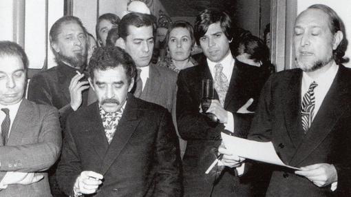 El jurado del premio Biblioteca Breve de novela de 1970, formado por García Hortelano (i), Gabriel García Márquez (2i), Mario Vargas Llosa (detras 2i) y José María Castellet (d), tras declarar desierta la edición de aquel año hasta que se aclarase la situacion económica de Carlos Barral (2 fila dcha) después de la muerte de Víctor Seix, socio de la editorial Seix Barral