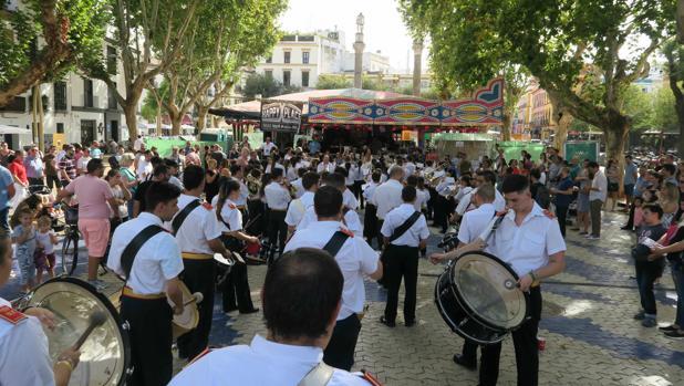 Miembros de la banda junto a uno de los escenarios del festival en la Alameda de Hércules
