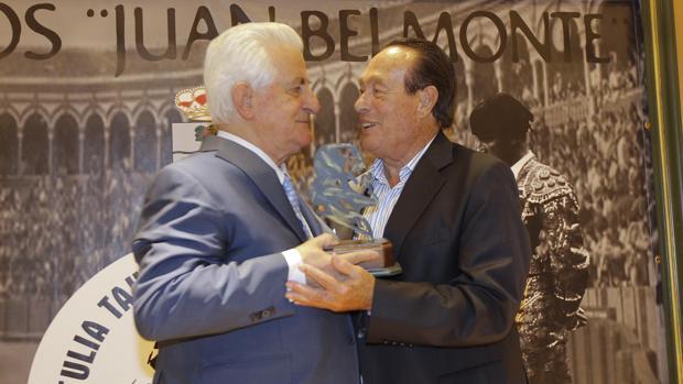 Curro Romero le entrega el galardón al Viti