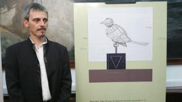 El escultor Luis Quintero con el diseño del 'Pájaro jaula'.