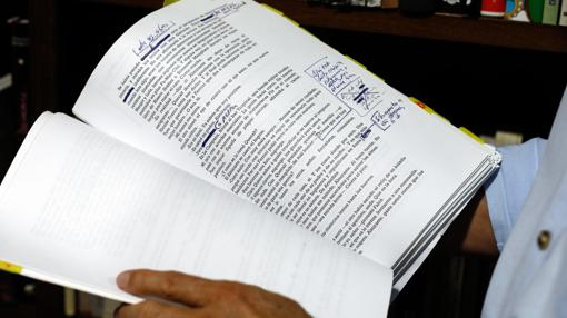 Pérez-Reverte revisa el manuscrito de «Eva»