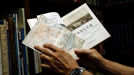 La guía y el mapa de Tánger de los años treinta con el que Pérez-Reverte fue a la ciudad marroquí