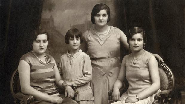 La pequeña Pilar, junto a sus tres hermanas