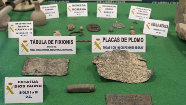 Parte de las 748 piezas de gran valor de época íbera, romana y griega que la Guardia Civil ha recuperado tras detener a seis personas en la provincia de Jaén que se dedicaban al expolio de piezas arqueológicas