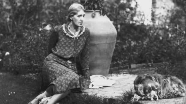 Virginia Woolf, fotografiada en Monk House en agosto de 1913