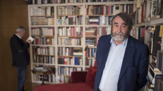 Pedro García Cuartango, en la biblioteca de su casa