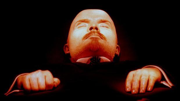 La momia de Lenin en su mausoleo de mármol, en el que yace desde 1924