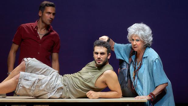 Raúl Prieto, Samy Khalil y Julieta Serrano, en una escena de «Dentro de la tierra»