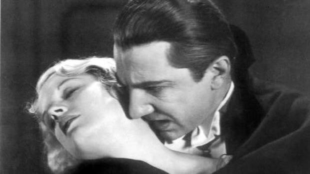 Fotograma de «Drácula», dirigida en 1931 por Tod Browning y Karl Freund. En la imagen, Drácula (Bela Lugosi), a punto de morder a Mina (Helen Chandler)