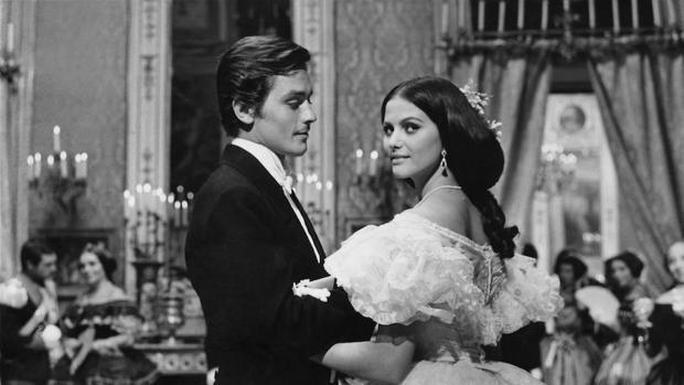 «El Gatopardo» fue llevada al cine por Visconti en 1963 con Burt Lancaster, Alain Delon y Claudia Cardinale, que protagonizaron el famoso baile (en la imagen)