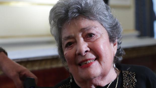La poeta nicaragüense Claribel Alegría, de 93 años, posa esta mañana en el Palacio Real de Madrid