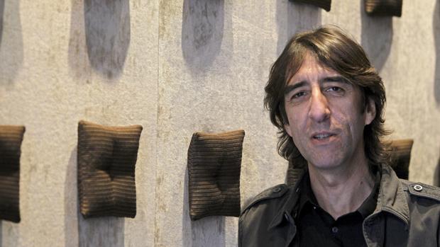 El escritor Bejamín Prado estará esta noche, a partir de las 21 horas, en la Biblioteca Provincial. :: efe