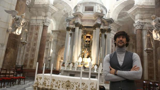 Manuel Lombo, delante del altar mayor de la Catedral de Cádiz.