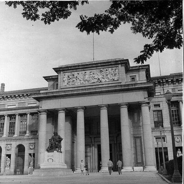 La entrada del Museo del Prado custodiada por Velázquez