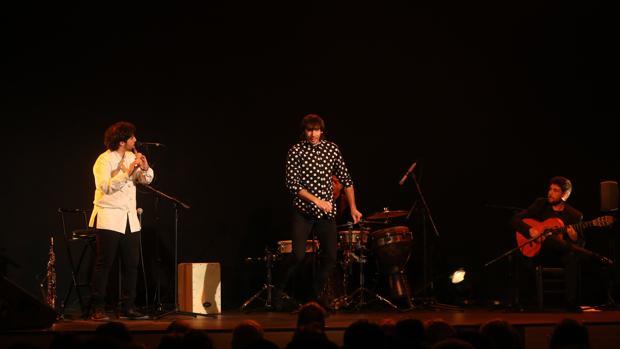 Diego Villegas, junto a 'El Junco' en uno de los momentos del espectáculo.