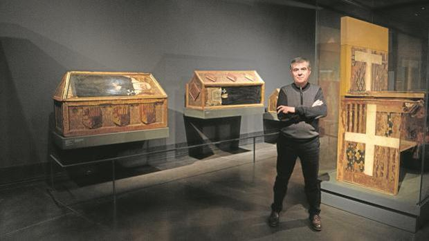 El director del museo, Josep Giralt, en la sala dedicada a Sijena