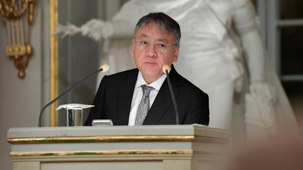 El Nobel de Literatura Kazuo Ishiguro, durante la lectura del discurso de aceptación del premio