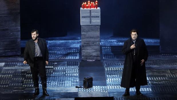 Plácido Domingo (a la derecha) y Andrea Carè, durante la representación
