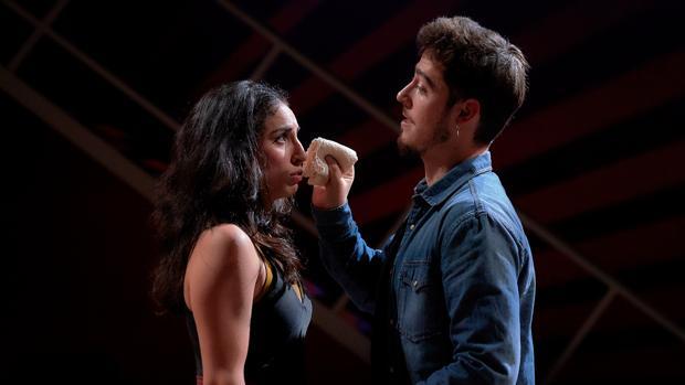 Paula Iwasaki y Pablo Béjar, en una escena de la obra