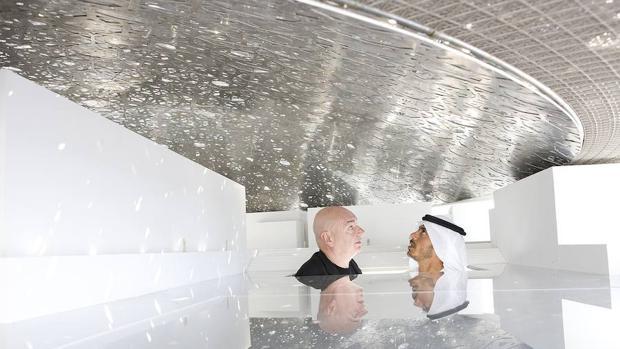 Jean Nouvel, junto al Sultán Sheikh, cuando el Museo del Louvre en Abu Dhabi aún no era más que una maqueta
