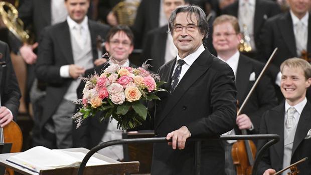 Riccardo Muti recibió un ramo de flores al finalizar el concierto