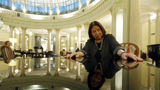 Nélida Piñon, fotografiada en la rotonda del madrileño hotel Palace el pasado otoño