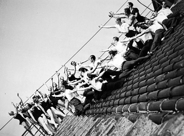 El cuerpo de baile de los Ballets Russes de Montecarlo, en el tejado del Gran Teatro del Liceo de Barcelona