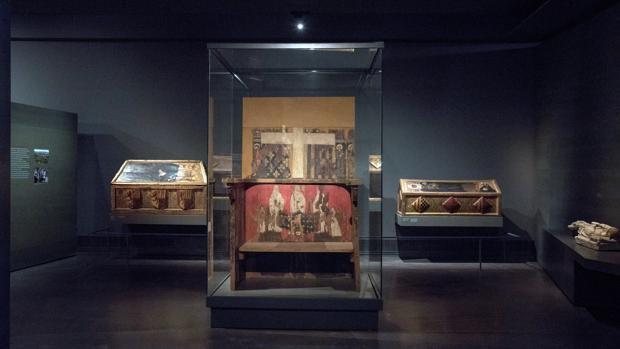 Vista de las cajas sepulcrales y trono de Blanca de Aragón y Anjou en el Museo Diocesano de Lleida, donde se encuentran las 44 piezas del «tesoro de Sijena»