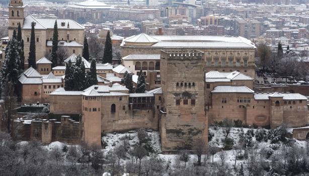 Vista general de la Alhambra de Granada, que ha recibido una intensa nevada