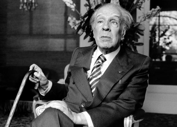 Borges fotografiado en París en 1979, cuando ya bromeaba con sus nominaciones al Nobel, que habían empezado en 1956