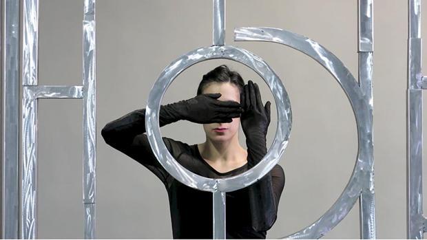 Performance y escultura en aluminio creada en 2014 por el artista argentino Osías Yanov (1980)