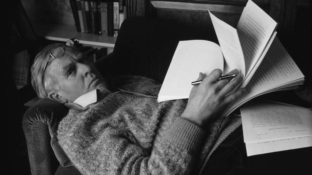 John le Carré, en los años de la guerra fría, retratado en su estudio