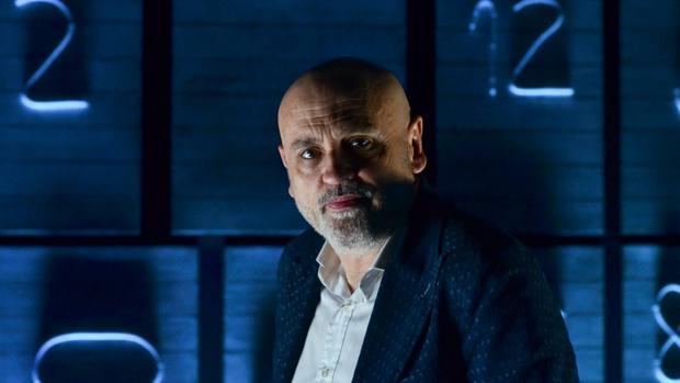 Juan Carlos Pérez de la Fuente, ante la escenografía de «Óscar o la felicidad de existir»