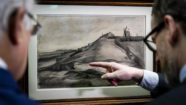 Expertos observan el dibujo «La colina de Montmartre con una cantera», de Van Gogh