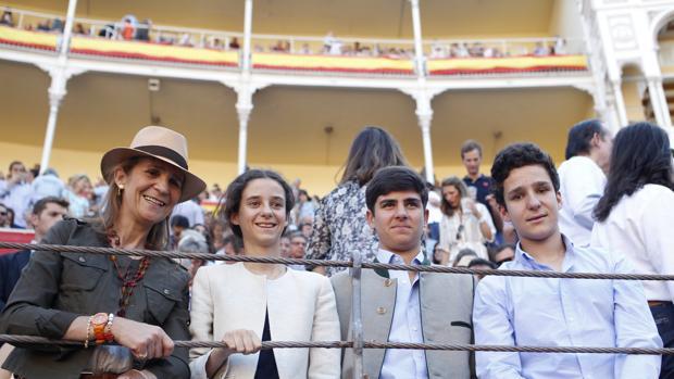 La Infanta Doña Elena, con sus hijos, Victoria y Felipe, y un amigo, en Las Ventas