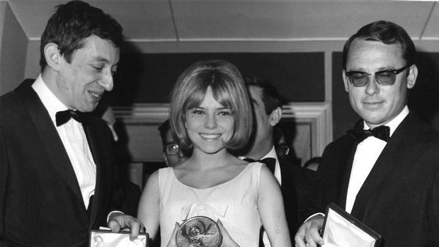 France Gall posa en 1965 con la medalla de Eurovisión junto a Serge Gainsbourg (izquierda)