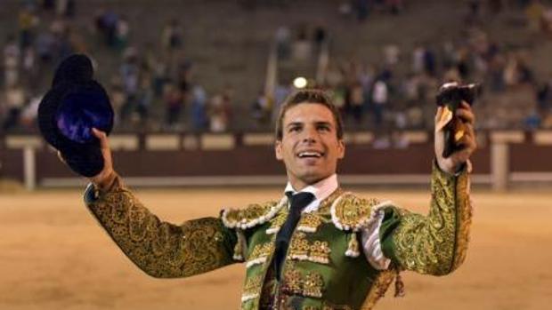 El sevillano con un trofeo conseguido en la plaza de toros de Las Ventas