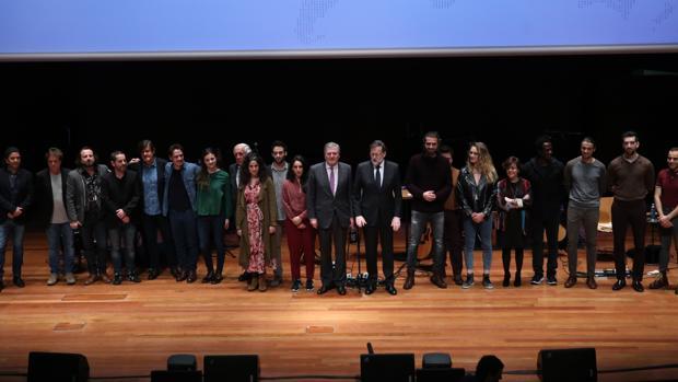 Foto de familia al final del acto de presentación de «»