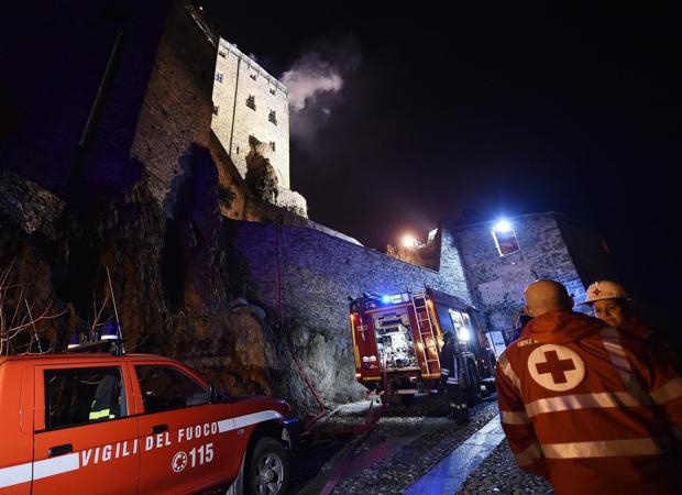 Bomberos trabajan en las labores de extinción de un incendio declarado en la abadía de San Michele en Val di Susa en Italia