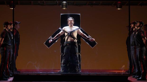 Una escena de «Dead Man Walking», con el batítono Michael Mayes en el cetnro