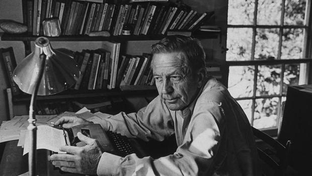 El escritor norteamericano John Cheever en su despacho