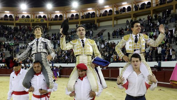 Roca Rey, Enrique Ponce y Juan de Castilla salen a hombros